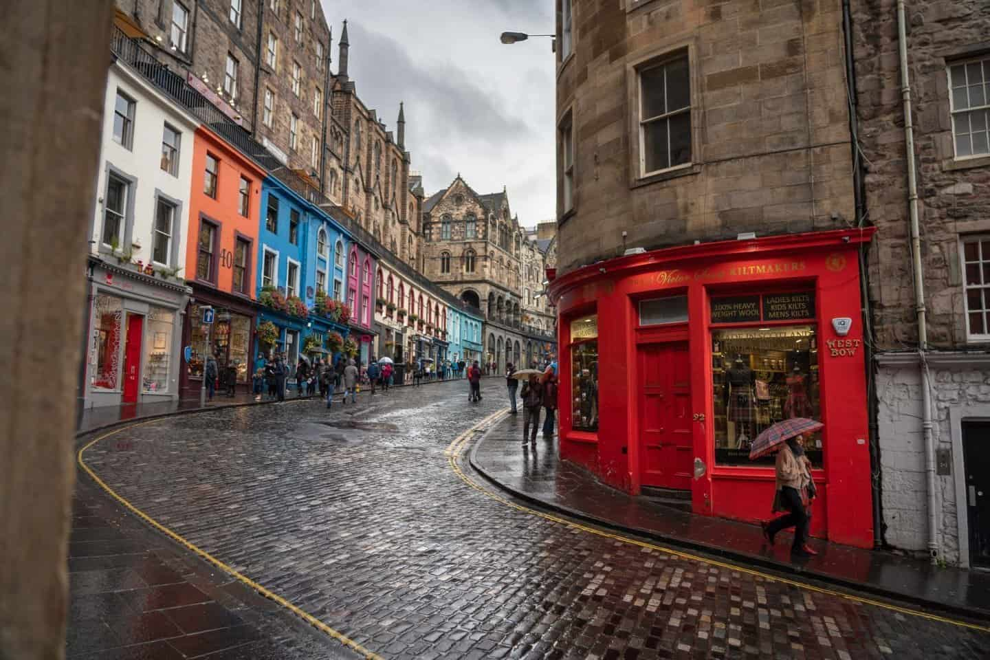 A beautiful walking street near the Royal Mile in Edinburgh, the starting point for your 10 days in Scotland.
