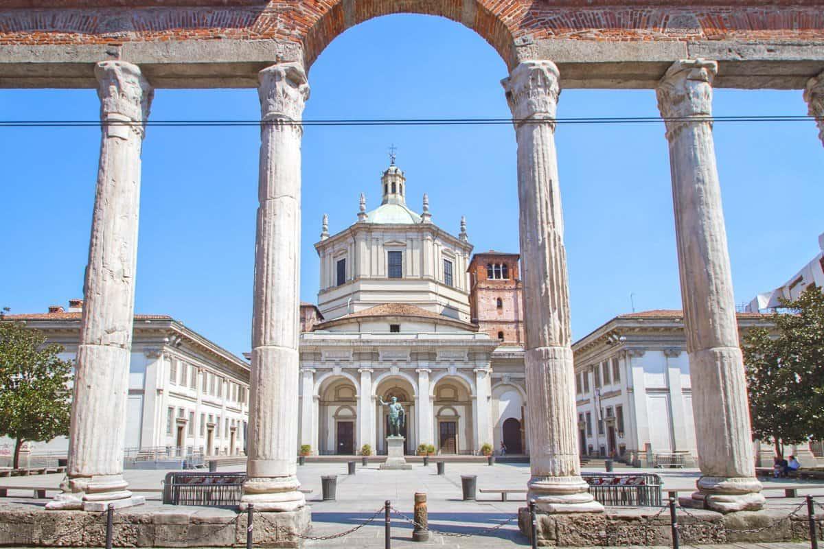 Colonne di San Lorenzo & Basilicia di San Lorenzo Milan Italy