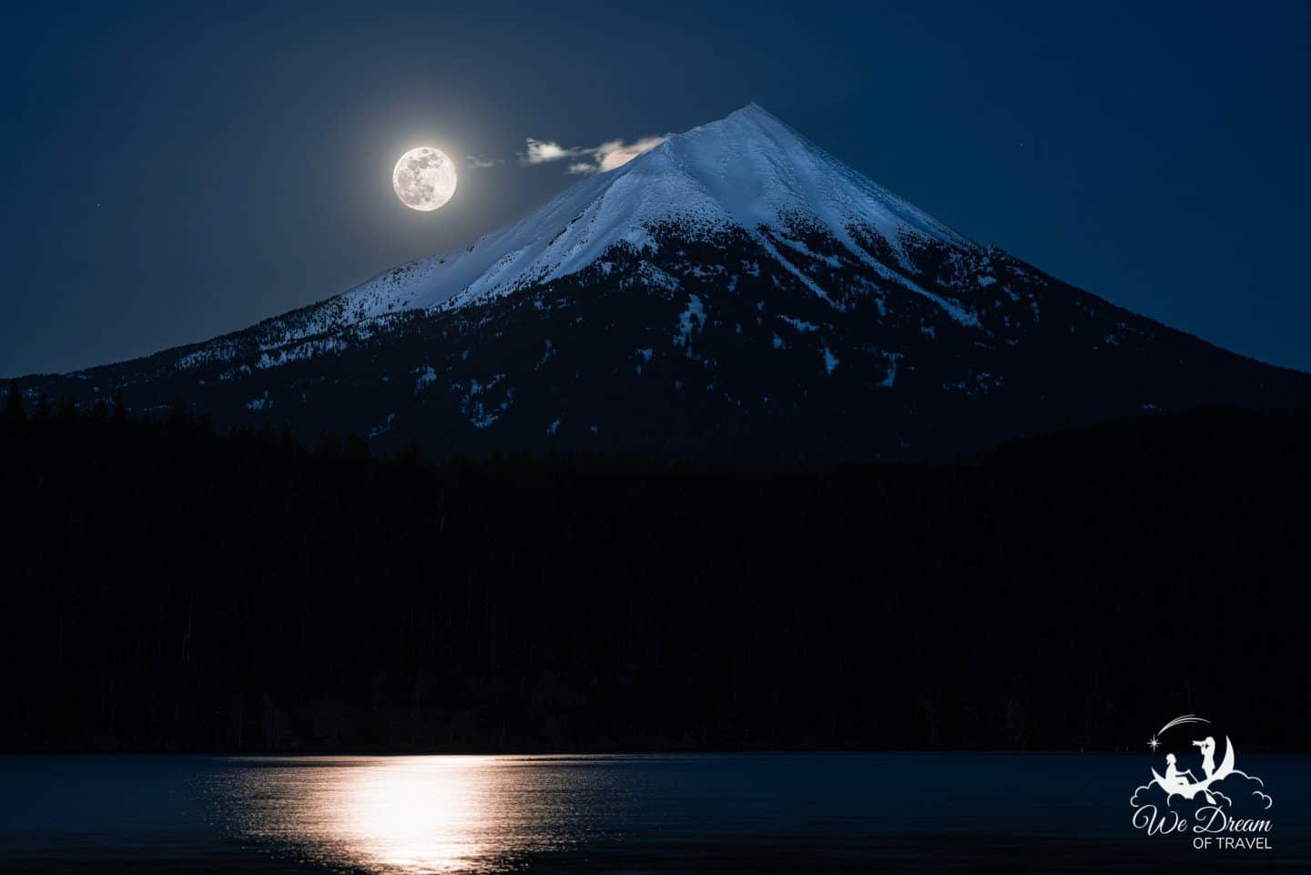 Full moon photography featuring Mt Mcloughlin from Willow Lake
